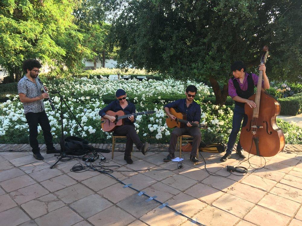 Coctel al aire libre en Viña Santa Rita con nuestros grupo de jazz Gypsy.