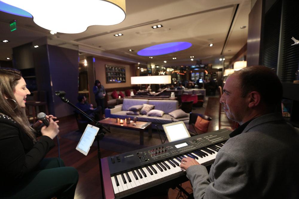 Músicos para eventos Agez Chile coctel cena piano cantante