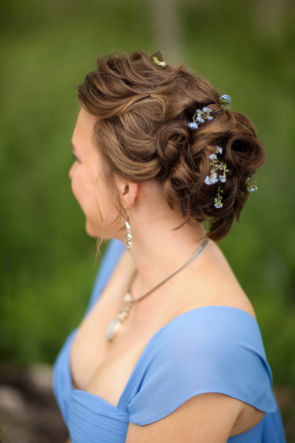bridesmaids up-do hairstyle for a blue and yellow Utah wedding | photo by Pepper Nix Photography #shorthairstyle #weddingupdo