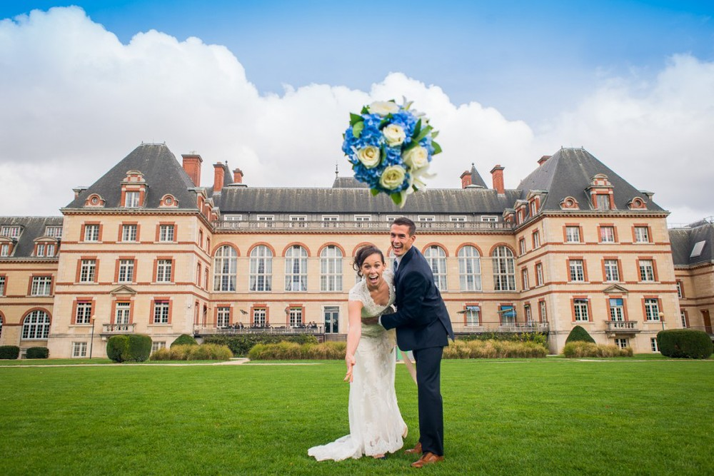 Happy Couple outside Cité-Universitaire after they eloped from California to Paris, France | planned by Paris Weddings by Toni G. | photography by The Paris Photographer