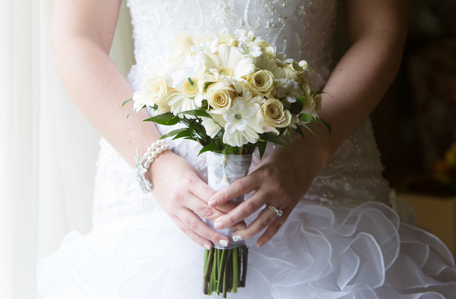 White Daisies and Ivory Roses Wedding Bouquet | photo by Real Image Photography | as seen on www.brendasweddingblog.com