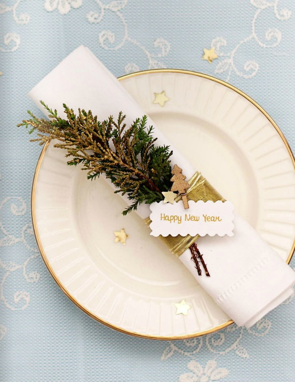 Festive Napkins Rings with Evergreens for Winter Weddings / as seen on www.BrendasWeddingBlog.com
