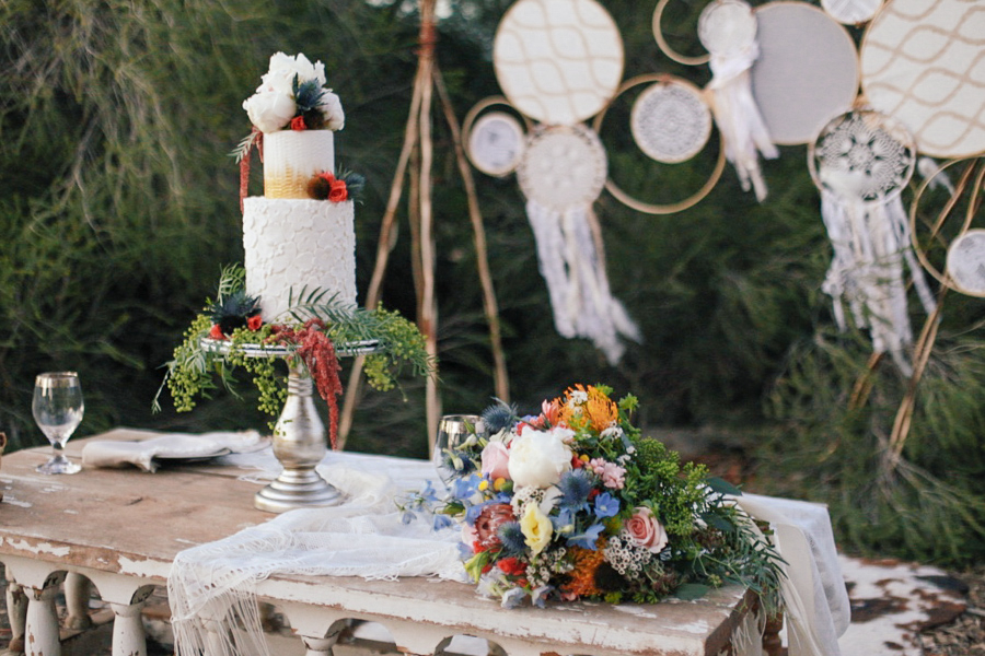 Romantic Bohemian Wedding Inspiration / photo by Elle Lily Photography and Videography / Cake by Laura Marie's Cakes