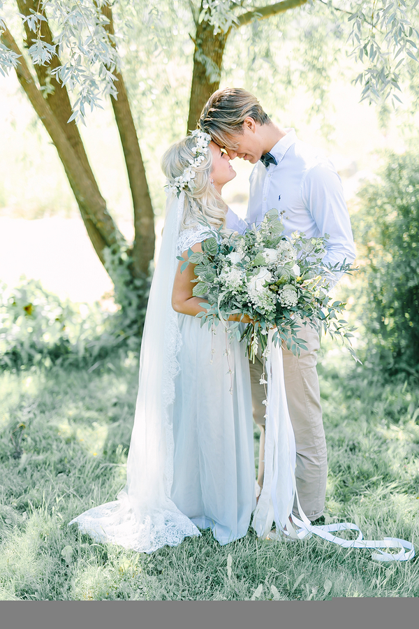 Dreamy Boho inspired bride and groom portrait - photo by Destination Wedding Photographer Linda-Pauline Pehrsdotter in Sweden
