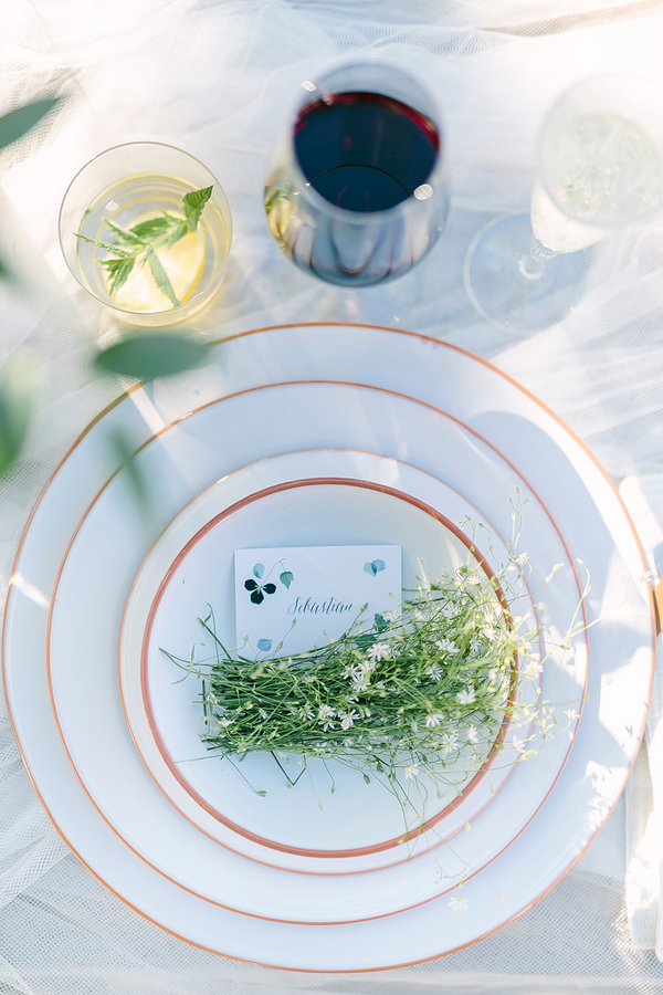 Beautiful Boho styled wedding tablesetting - photo by Destination Wedding Photographer Linda-Pauline Pehrsdotter in Sweden