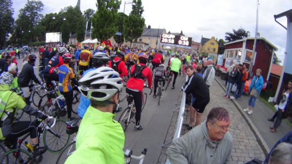 Spot the 'shirts' - Orange and Blue- they set the pace, and I hung on for the first 75km.
