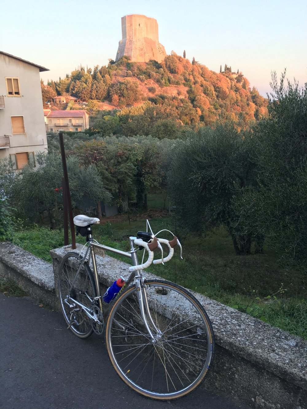 Early morning cycle climb up 340m to the high Rocca di Tentennano
