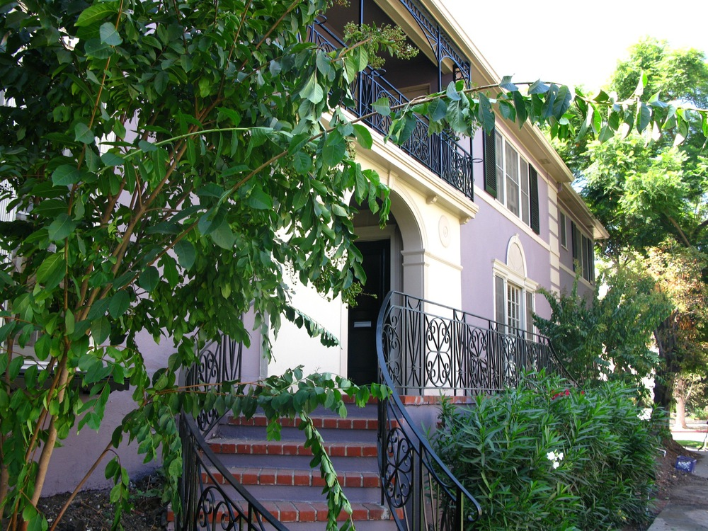> 2+2 Upper @ 182 North Sycamore Av @ Beverly Blvd @ $3,750