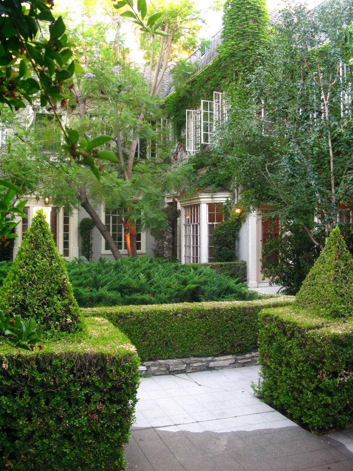 > Huge glam upper, mid-courtyard 1 Bedroom @ $2,950