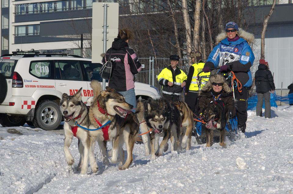 Inger-Marie Haaland starting Finnmarksløpet 2012 - 1000 km