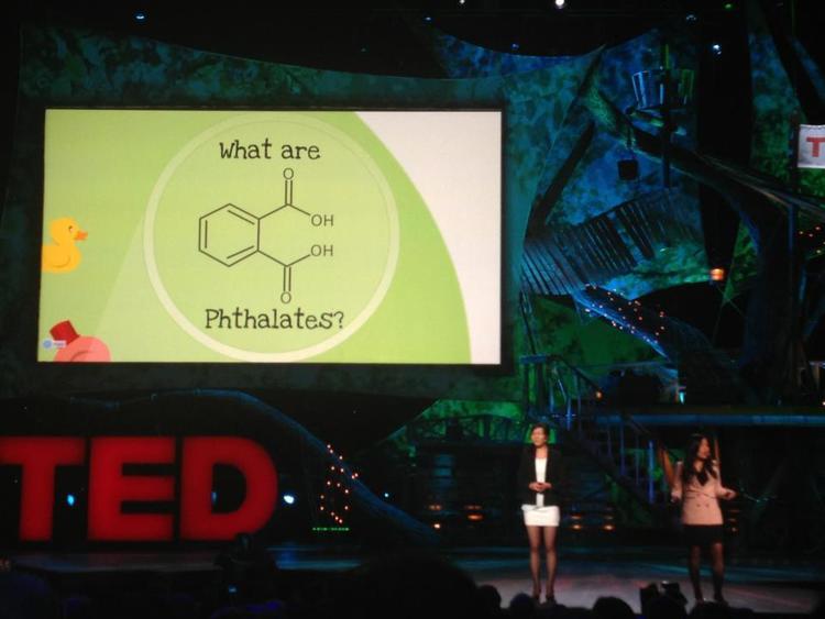 Miranda Wang y Jeanny Yao, ganadoras de una feria de ciencia para jóvenes, presentando con Prezi en TED2013
