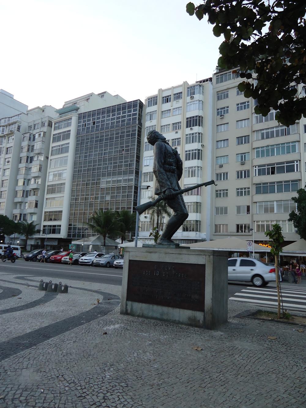 Estátua em Homenagem aos 18 do Forte na esquina de Avenida Atlântica com Rua Siqueira Campos