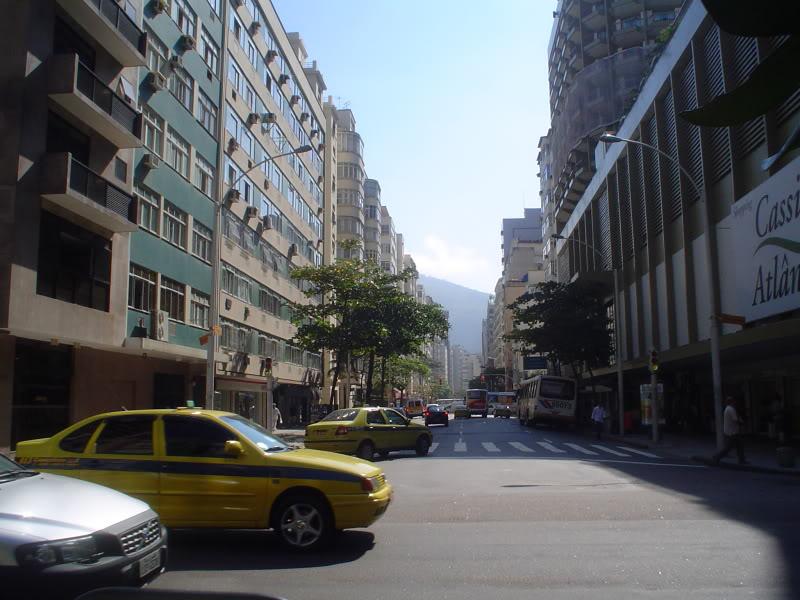 Avenida Nossa Senhora de Copacabana esquina com Rua Francisco Otaviano, no Posto Seis