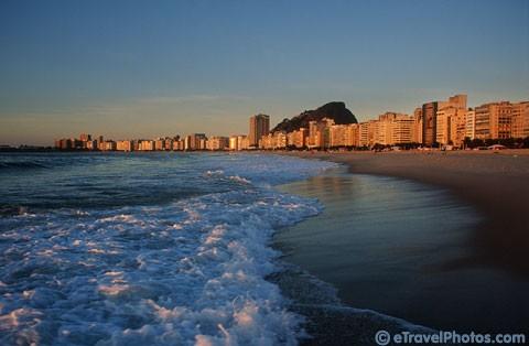 Praia de Copacabana ao amanhecer em dia de sol