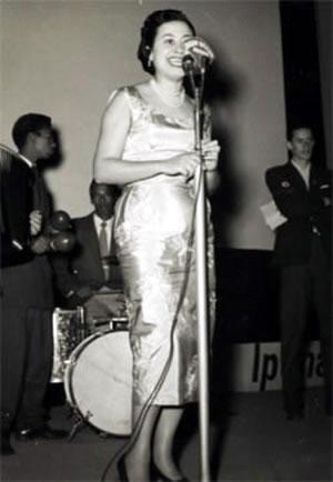 Dolores Duran cantando na noite de Copacabana
