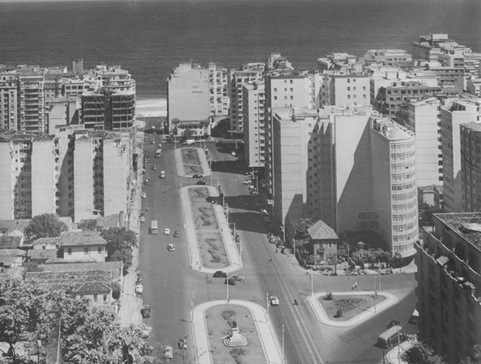 Avenida Princesa Isabel antes da duplicação, no detalhe o prédio que seria implodido