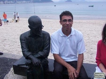 O escultor da estátua de Drummond Leo Santana