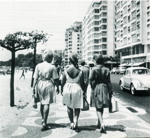 Beldades passeiam no posto ¨em Copacabana