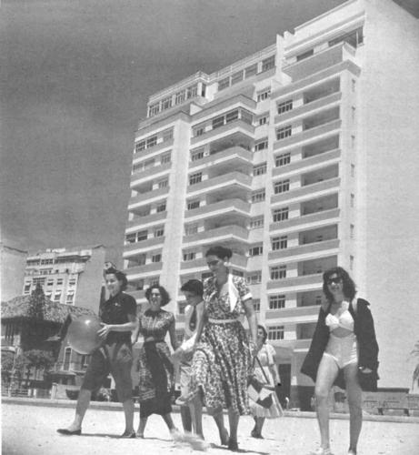 Moças à caminho do mar de Copacabana!