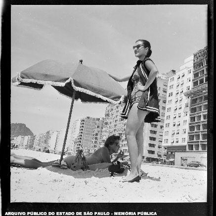 Moça posando na praia de Copacabana altura da Inhangá