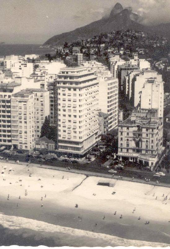 Vista aérea da praia de Copacabana em detalhe o Hotel Miramar, anos 1950