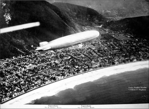 Zepelin sobrevoando a praia de Copacabana em 1935