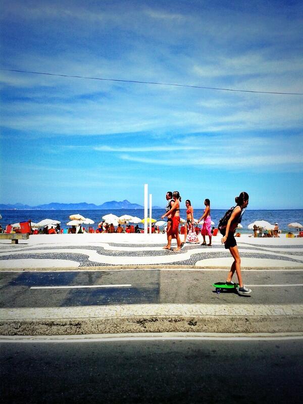 Calçadão de Copacabana em dia de sol