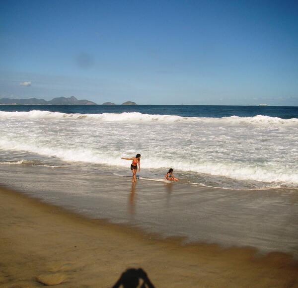 Crianças aproveitam a praia