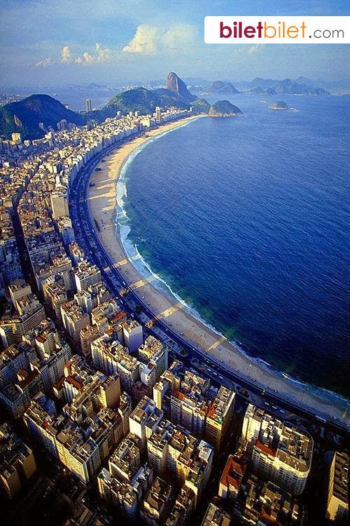 Linda foto aerea de Copacabana em dia de sol