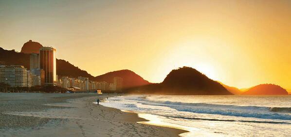 Nascer do sol na Praia de Copacabana