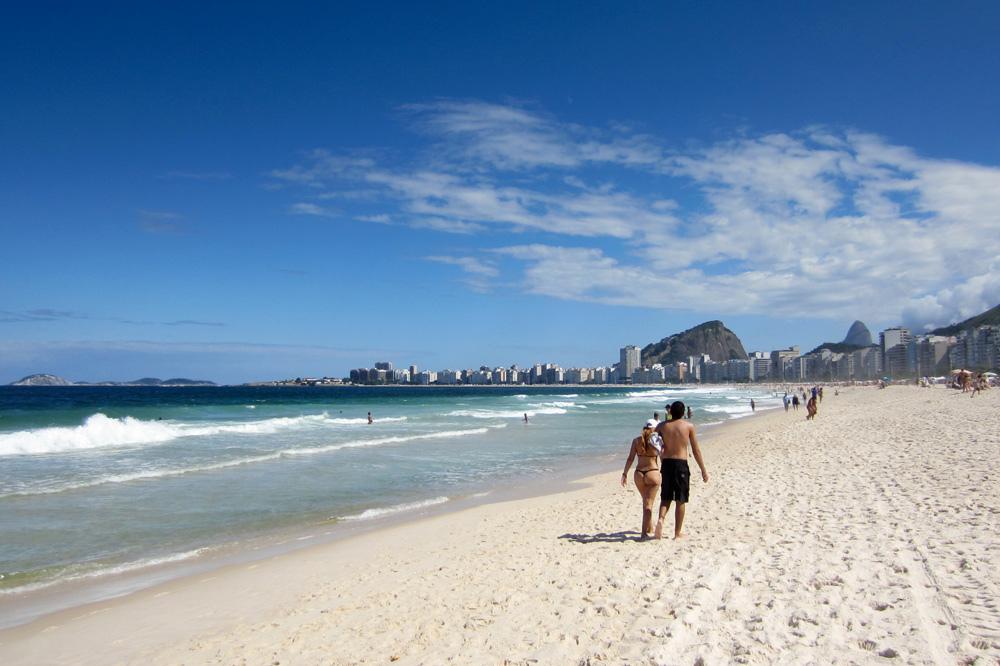 Caminhada na beira do mar de Copacabana