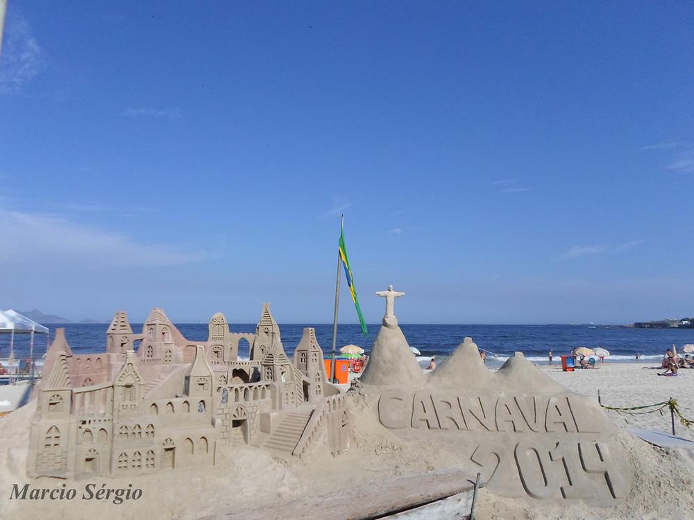 Escultura na praia de Copacabana