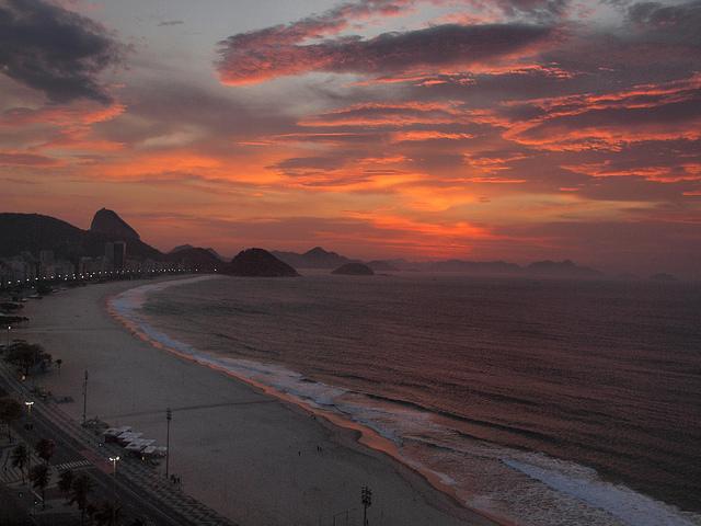 Nascer do sol na Praia de Copacabana!