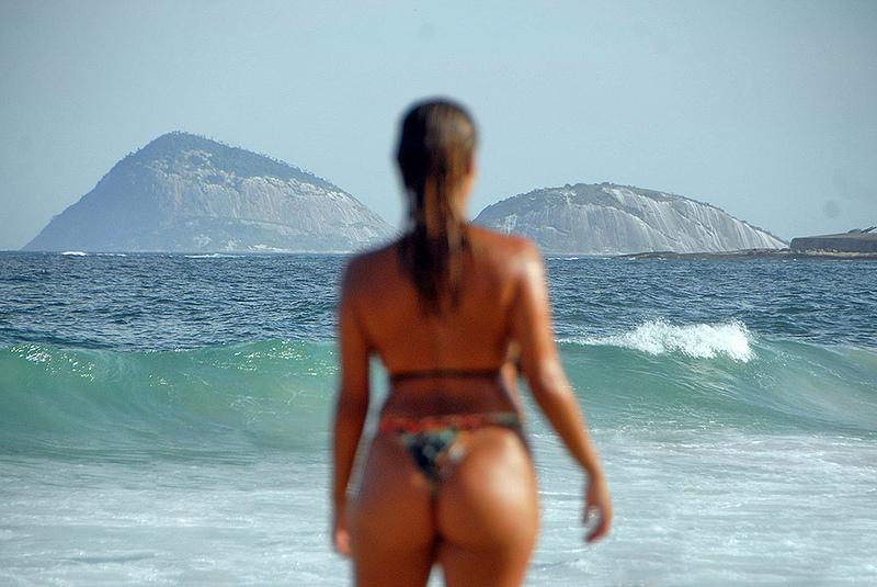 Moça observando o mar de Copacabana