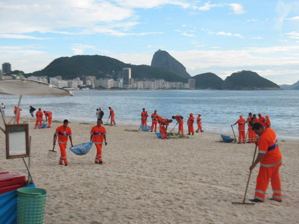 Garis limpando a praia de Copacabana, após a maior festa de Réveillon do mundo.