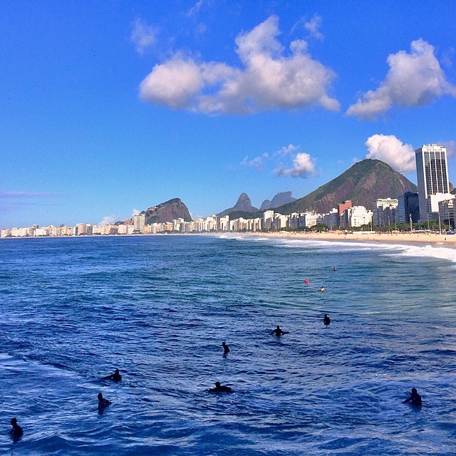 Surfistas esperando a onda em Copacabana