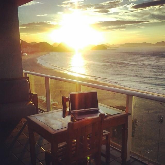 Amanhecer em dia de sol na Praia de Copacabana
