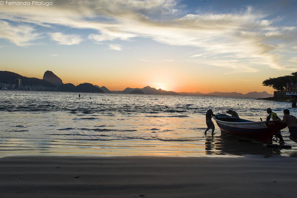 Pescadores a caminho do mar em Copacabana