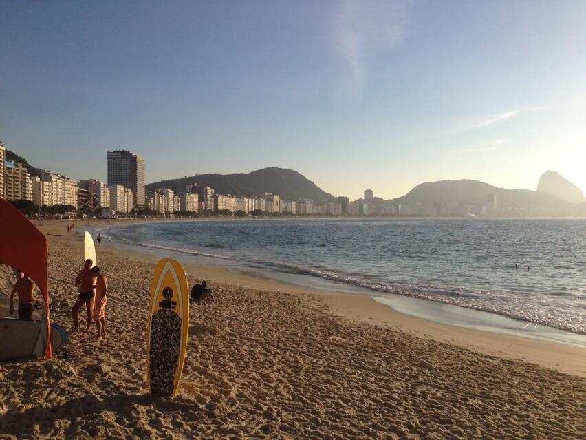 Praia de Copacabana em dia de sol no inverno carioca