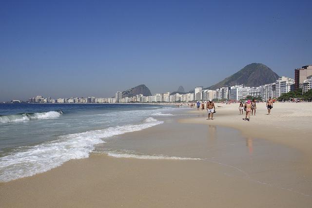 Caminhada na beirinha do mar da Praia de Copacabana