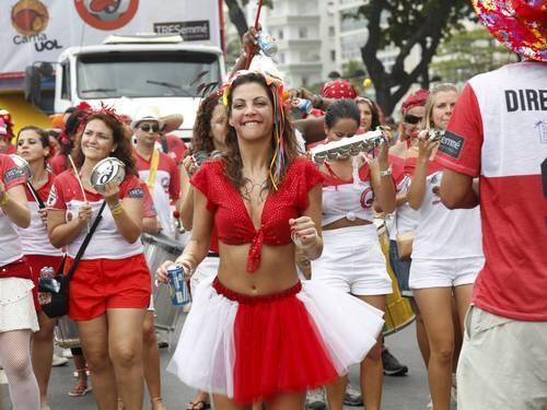 Thalita Rebouças escritora de livros direcionados ao público adolescente, na foto como rainha do Bloco de Carnaval Empolga às 9 em Copacabana.