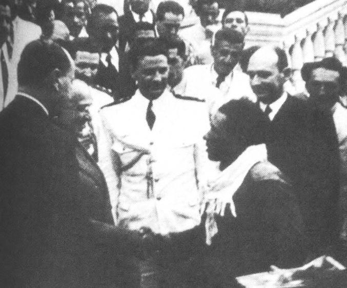 O Presidente Getúlio Vargas cumprimenta o jangadeiro Jacaré