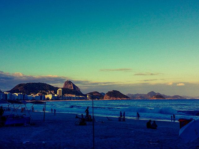 Praia de Copacabana em dia nublado