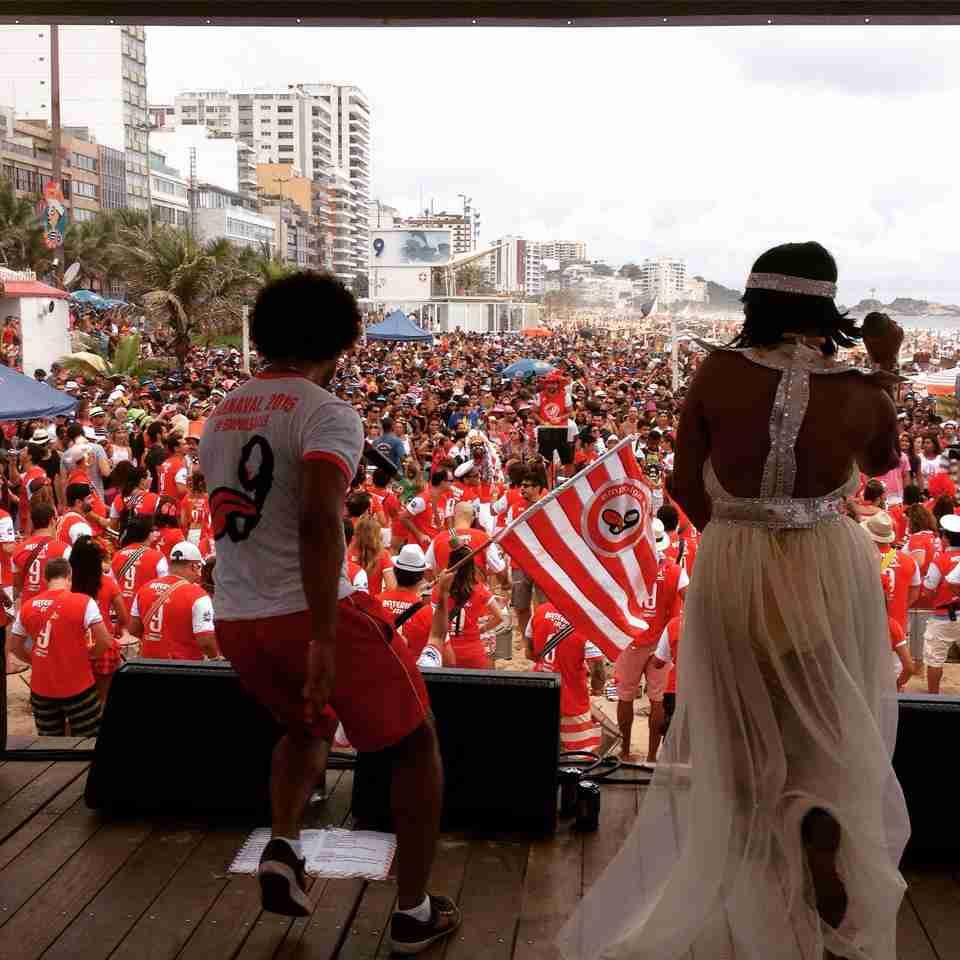 Bloco Empolga as 9 lota a Praia de Ipanema