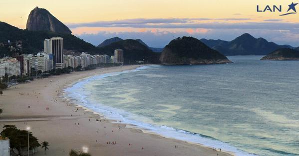 Mar de Copacabana em dia nublado