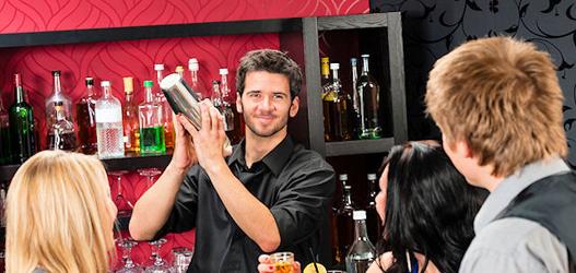 Barman comemorando dia dele com os amigos. Show!