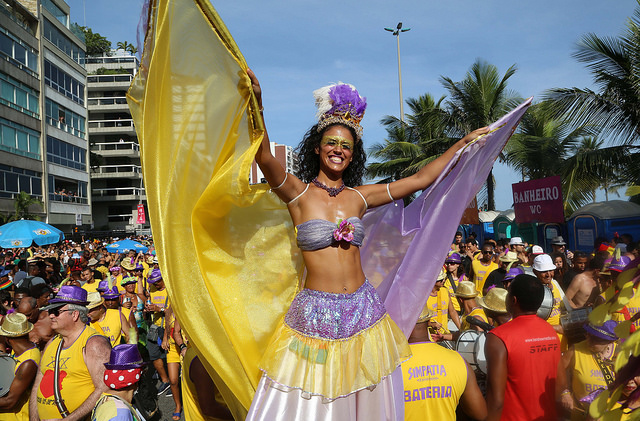 Moça se diverte em perna de pau no Carnaval do Rio de Janeiro