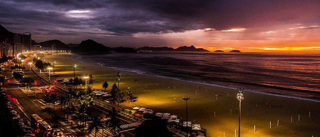 Nascer do sol na Praia de Copacabana visto da janela do Hotel