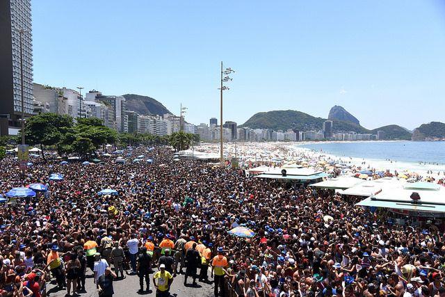 Bloco Chora me liga lota a orla de Copacabana