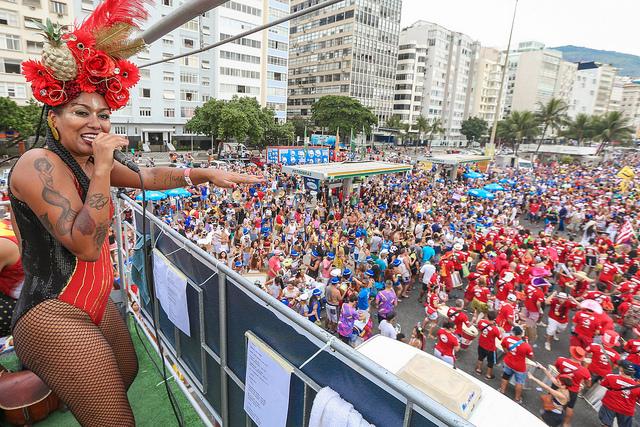 Cantora anima a multidão no Bloco Empolga às 9 em Copacabana